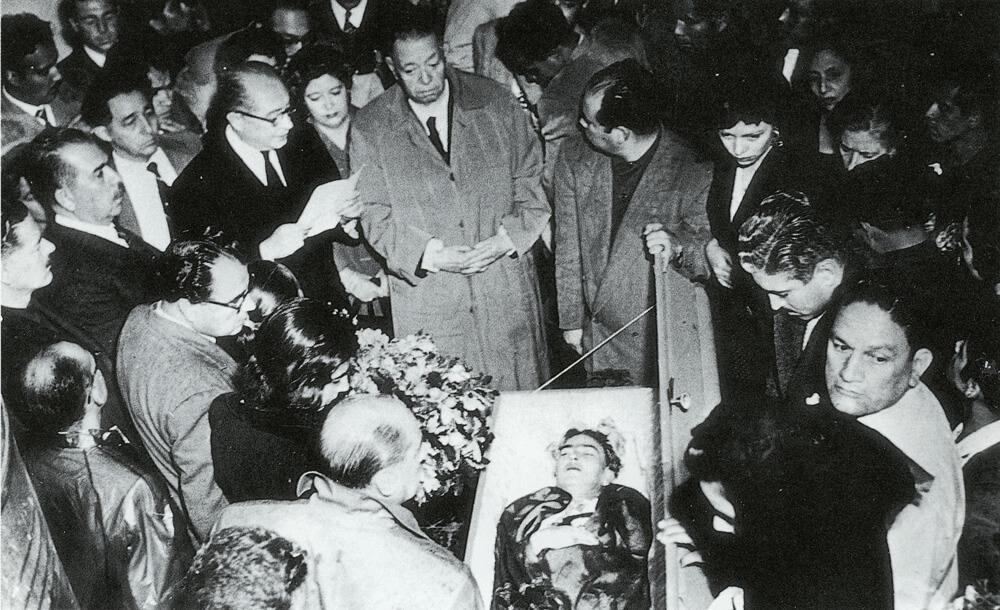 frida-kahlo-funeral.jpg